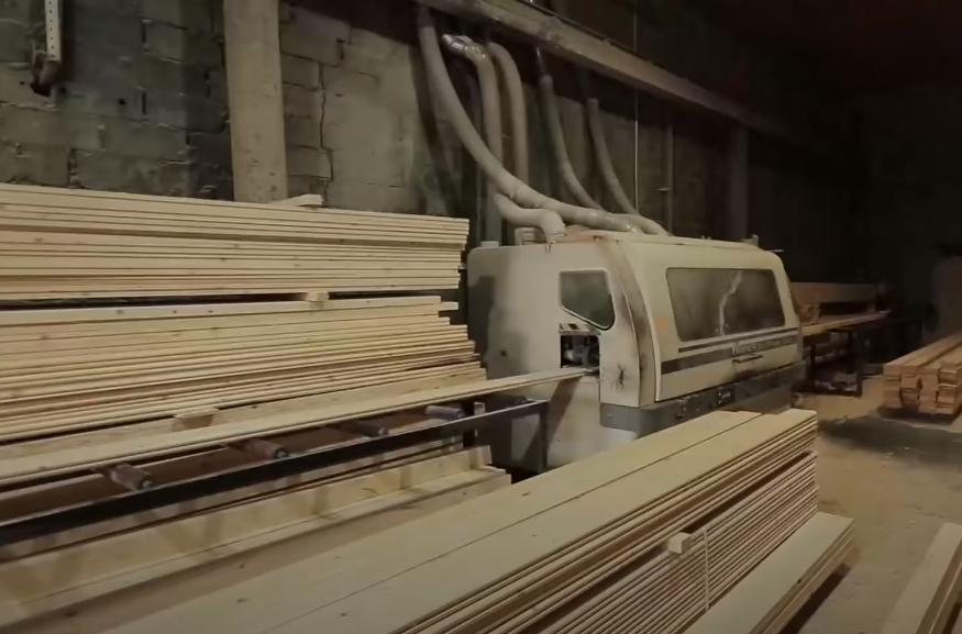 На фабрике по производству двойного бруса